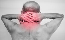 Participation de main d'homme supérieur il cou et massage dans le secteur de douleur Image libre de droits
