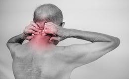 Participation de main d'homme supérieur il cou et massage dans le secteur de douleur Concentré Photo libre de droits
