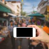 Participation de main de femme et mobile d'utilisation, téléphone portable, téléphone intelligent avec l'écran Photos libres de droits