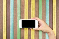 Participation de main de femme et mobile d'utilisation, téléphone portable, téléphone intelligent avec l'écran d'isolement Photo stock