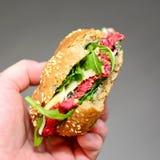 Participation de main un hamburger de betteraves avec l'Arugula image libre de droits
