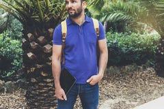Participation de personne de hippie dans le comprimé numérique de mains masculines avec l'écran vide, position de type de vue de  photos stock