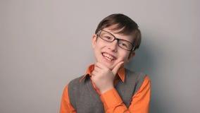 Participation de sourire de bonheur d'expériences d'adolescent de garçon banque de vidéos