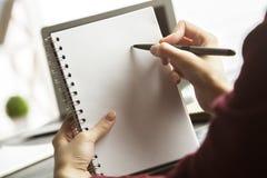 Participation et écriture de femelle dans le cahier Image stock