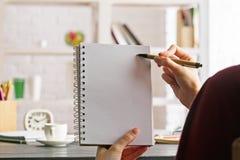 Participation et écriture de femelle en bloc-notes Images stock