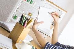 Participation et écriture de femelle sur le papier à lettres Photographie stock libre de droits