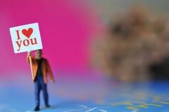 Participation miniature d'homme je t'aime de message dans le papier avec le beau fond Photo libre de droits
