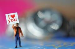 Participation miniature d'homme je t'aime de message dans le papier avec le beau fond Images libres de droits