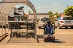 Participez activement à grâce de la vie aux fauteuils roulants électriques image libre de droits