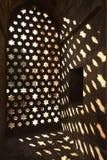 Particolare architettonico della finestra persiana della moschea Immagini Stock