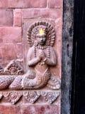 Particolare architettonico nepalese di sollievo del mattone la dea del pesce fotografia stock libera da diritti