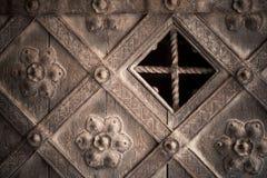 Particolare architettonico Porta di legno decorativa della parte vecchia con l'ornamento Fotografia Stock