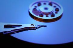 Particolare del disco rigido con un indicatore luminoso blu Fotografia Stock