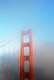 Particolare del ponticello di cancello dorato in nebbia Fotografia Stock