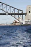 Particolare del ponticello e del Teatro dell'Opera del porto Fotografie Stock Libere da Diritti