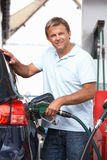 Particolare dell'automobile di riempimento dell'automobilista maschio con diesel Immagini Stock