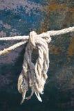 Particolare della corda sfilacciata dal lato della barca Fotografia Stock