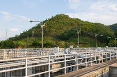 Particolare della diga con la centrale elettrica Fotografia Stock