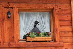 Particolare della finestra del chalet della montagna Immagini Stock