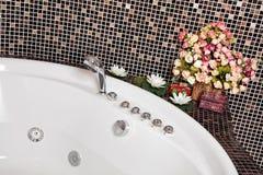 Particolare della stanza da bagno con il mosaico e la Jacuzzi Immagini Stock