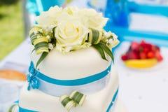 Particolare della torta di cerimonia nuziale blu-bianca Immagini Stock