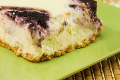 Particolare della torta di formaggio di turbinio del mirtillo Fotografie Stock Libere da Diritti
