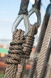 particolare delle pulegge e delle corde della barca a vela Fotografie Stock