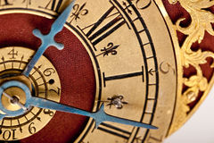 Particolare di oro antico e dell'orologio rosso Fotografia Stock Libera da Diritti
