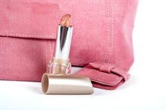 Particolare di rossetto ed assortimento delle borse dentellare immagine stock
