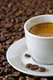 Particolare di un caffè espresso fresco ai chicchi di caffè arrostiti Fotografia Stock Libera da Diritti