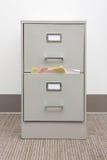 Particolare di un casellario pieno con il cassetto in bianco Fotografia Stock