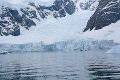 Particolare, ghiacciaio che scorre nell'oceano fotografia stock