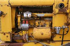 Particolare giallo diesel del motore del camion del trattore fotografie stock