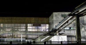 Particolare industriale di una fabbrica alla notte fotografia stock