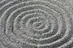 Particolare rastrellato circolare del reticolo della ghiaia del giardino di zen Fotografia Stock