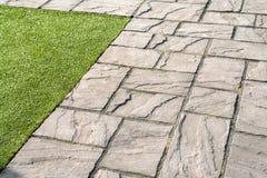 Particolari delle mattonelle di pietra grige del giardino Fotografia Stock