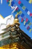 Particolari della scultura del Buddha con gli ambiti di provenienza variopinti Immagine Stock Libera da Diritti
