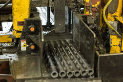 particolari I cespugli d'acciaio sono tagliati sulla sega del banco Acquisizione in b Immagini Stock Libere da Diritti