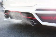Particules de pollution atmosphérique de 2 5 microns ou moins de diamètre P.M. 2 5 de la voiture blanche d'échappement photos stock