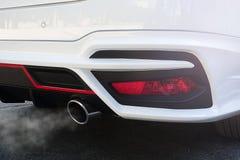 Particules de pollution atmosphérique de 2 5 microns ou moins de diamètre P.M. 2 5 de la voiture blanche d'échappement photos libres de droits