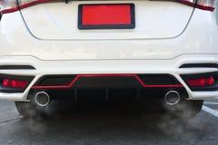 Particules de pollution atmosphérique de 2 5 microns ou moins de diamètre P.M. 2 5 de la voiture blanche d'échappement image stock