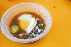 A particulièrement fait le pain grillé avec de la sauce à haricot servie avec l'oeuf, populaire dans l'état de Johor en Malaisie  photos libres de droits