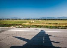 Partida da chegada do alcatrão do aeroporto da asa da sombra fotos de stock