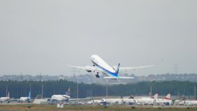 Partida de ANA Boeing 777 vídeos de arquivo