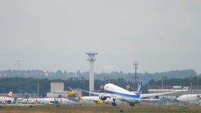 Partida de ANA Boeing 777 video estoque