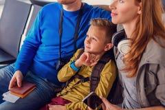 Partida de espera da família no aeroporto Imagens de Stock