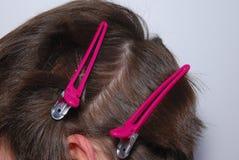 Partida del pelo en el salón de la peluquería. Foto de archivo