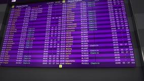 Partida do voo programado na placa do calendário no aeroporto de Kiev Boryspil video estoque