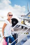 Partida - jovem mulher em um aeroporto imagem de stock royalty free