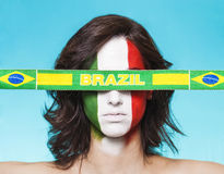 Partidario italiano para la FIFA 2014 con la bandera del Brasil Imagen de archivo